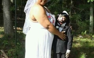 Femeie maritata cu o papusa zombie