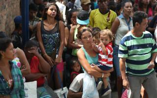 Mii de venezueleni trec zilnic granița în Columbia. Primesc ajutoare de la biserici