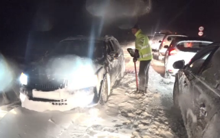 Haos pe șoselele din România după 24 de ore de cod roșu de viscol