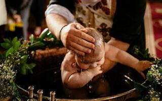 Reacția bisericii după ce bebelușul de la Suceava a murit în urma botezului. Regulile de botez ar putea fi schimbate