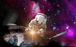 Astronaut care repară o navă spaţială