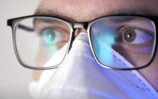 persoana cu ochelari si masca de protectie