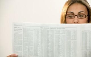 femeie citind un ziar