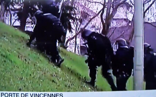 politisti francezi care se impiedica