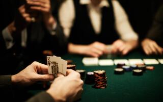 jucatori de carti la cazinou