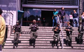 politisti pazind un magazin din venezuela