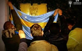 Stema României, acoperită cu steagul Ţinutului Secuiesc la Budapesta