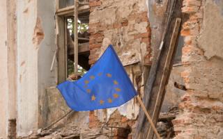 steagul UE pe o cladire in ruina