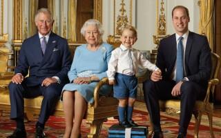 Portret de familie. Regina Elisabeta a II-a a pozat alături de moştenitorii tronului