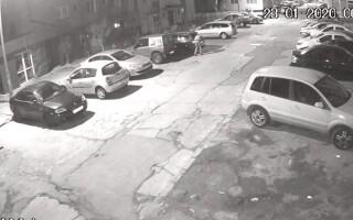 Momentul în care mașina unui polițist e incendiată de un individ. Anunțul Poliției