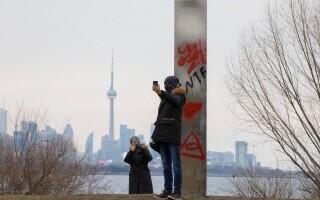 Monolit misterios, apărut în Toronto. În scurt timp, a fost vandalizat
