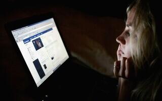 Bărbat din Iași condamnat după ce și-a jignit sora pe Facebook. A fost dat în judecată și de frate, tot pentru o postare