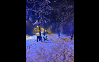 VIDEO Doi polițiști din Sibiu s-au luat la bătaie cu bulgări de zapădă cu doi copii