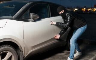 Un hoț a furat o mașină cu un copil înăuntru. Ce a făcut când a văzut micul pasager