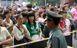 elevi asteptand notele la Gao Kao