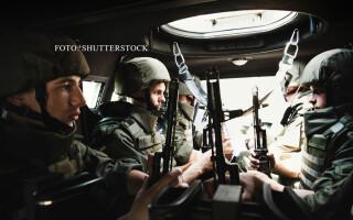 soldati ucraineni intr-un transportor blindat