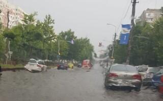 Un bulevard din București, inundat din cauza ploii. Pompierii intervin cu motopompe