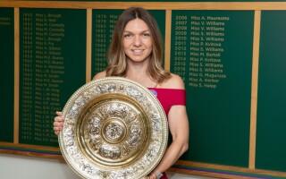 """Simona Halep, noi imagini cu trofeul primit la Wimbledon. """"Cu noul meu prieten"""" - 3"""