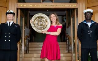 """Simona Halep, noi imagini cu trofeul primit la Wimbledon. """"Cu noul meu prieten"""" - 4"""