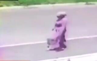 Momentul în care o tânără răpește un bebeluș de lângă mama lui, pentru a-l vinde pe stradă
