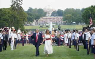 Președintele Donald Trump împreună cu soția sa, cu ocazia sărbătoririi Zilei Independenței