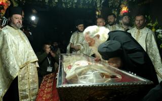 PS Calinic Botosaneanu, episcop vicar, se inchina la racla cu moastele Sfintei Cuvioase Parascheva