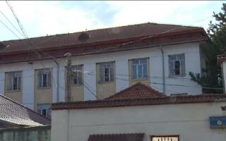 Un deținut stă de mai multe pre pe acoperișul închisorii din Găești. Ce cere