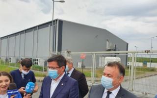"""Scandal la spitalul modular din Iași, cu miniștrii Tătaru și Alexe ținuți la poartă. """"Să le fie rușine!"""""""