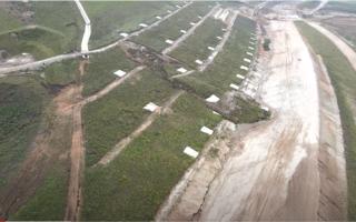 Alunecare masivă de teren pe o autostradă aflată în construcție. Lucrările trebuiau să fie gata acum 2 ani