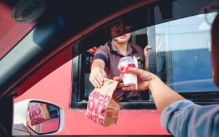 Amendă de 5.000$ pentru trei australieni care au mers la fast-food deși erau în izolare