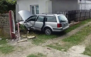 O mașină a ajuns în curtea unei case din Dâmbovița. Ce s-a întâmplat