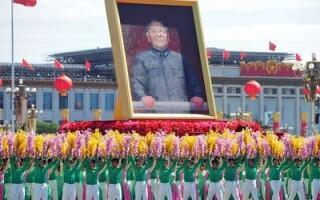Intemeietorul Partidului Comunist Chinez, Deng Xiaoping (in tablou)