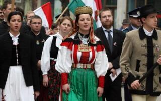 Persoane de etnie maghiara defileaza in Cluj-Napoca