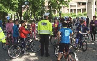 Concurs de biciclete in parcul Tineretului din Turda. Elevii au fost premiati de politistii locali