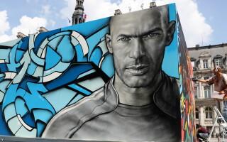 Portretul fotbalistului Zinedine Zidane, pictat pe un perete in fata primariei din Paris, inainte de startul UEFA EURO 2016