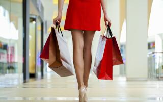 femeie la cumparaturi - Shutterstock