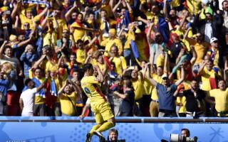 Bogdan Stancu, bucurandu-se alaturi de suporteri dupa golul inscris din penalty in meciul Romania-Elvetia
