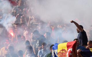 Suporteri romani cu torte pe stadion