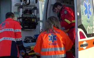 Tânăr aproape de comă, transportat pe brațe la ambulanța care n-a putut ajunge la el