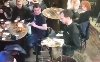 Reacția unui chelner care varsă halbele de bere de două ori, la aceeași masă