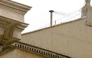 cos, iese fum negru la Vatican
