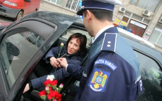 politistii impart martisoare