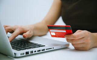femeie care plateste online cu cardul