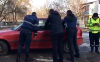 Un şofer din Moldova a blocat o stradă după ce a adormit în maşină
