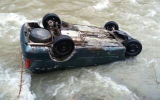 mașină cazută în râu