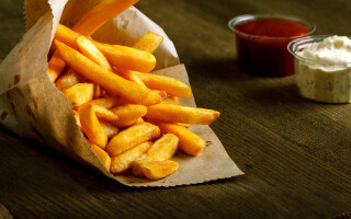 Și-a dus fiica la un fast-food, dar a văzut ceva ciudat printre cartofi
