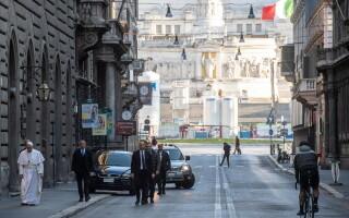 Papa, pe jos pe străzile pustii ale Romei, pentru a se ruga pentru sfârşitul pandemiei