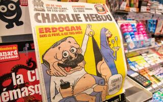 Turcia cere închisoare pentru 4 jurnalişti ai Charlie Hebdo, acuzați de insultarea lui Erdogan. Cum arată caricatura
