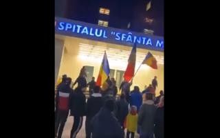 """Protestatarii anti-restricție din Bacău au pătruns în curtea spitalului județean și i-au făcut pe doctori """"asasini"""""""