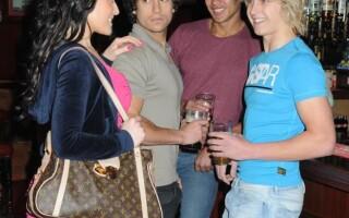 tineri in club, relatie, cupluri